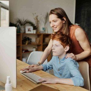Mama učí svoje dieťa, hľadajú kontakt na Edupark.